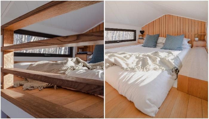 Если бы не низкий потолок, вряд ли кто определил, что спальня расположена в крошечном доме.