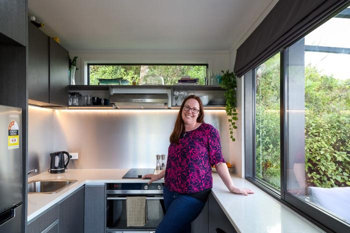 Бренда Келли – основательница компании IQ Container Homes Ltd самостоятельно спроектировала и построила дом из 3 грузовых контейнеров.   Фото: livingbiginatinyhouse.com.
