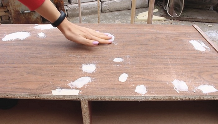 Все дефекты поверхности надо зашпаклевать, дать раствору высохнуть и снова отшлифовать. | Фото: cpykami.ru.