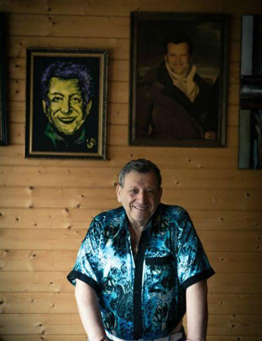 На стенах гостиной можно увидеть как портреты самого маэстро, так и дружеские шаржи на него. | Фото: 1olestnice.ru.