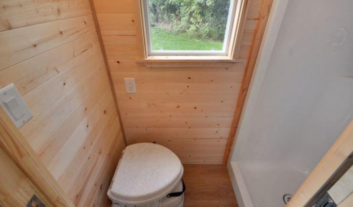 В миниатюрном доме на колесах есть благоустроенная ванная комната(«Poco Pink», Канада). | Фото:  lemurov.net.