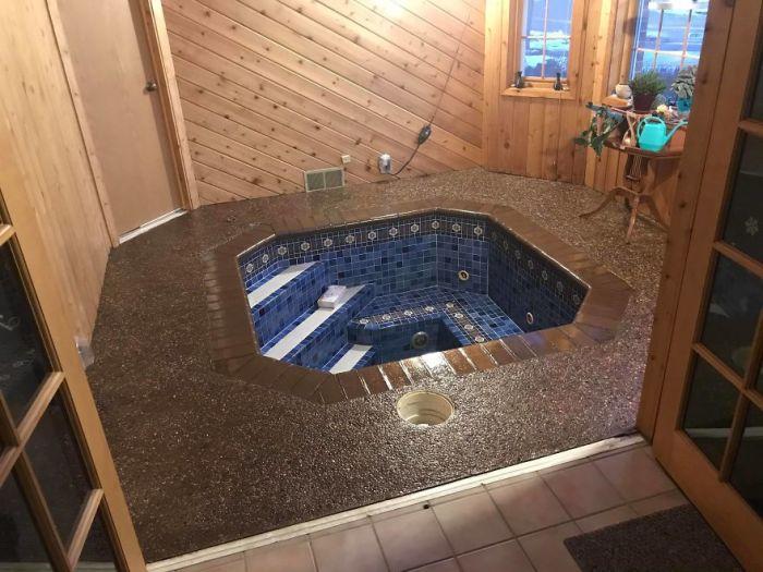После всех очистительно-реставрационных работ гидромассажная ванна стала достойным украшением преображенной комнаты. | Фото: successlifelounge.com / © Mark Ronsman.