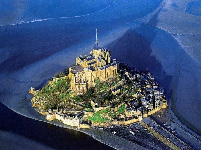 Виктор Гюго аббатство называл «Пирамидой в океане» (Мон-Сен-Мишель, Франция).   Фото: metropole-voyage.com.