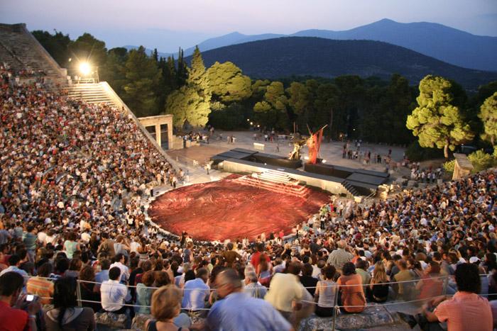 Летом в античном театре проходят, концерты, фестивали и драматические постановки (Эпидавр, Греция). | Фото: zakynthosinformer.com.