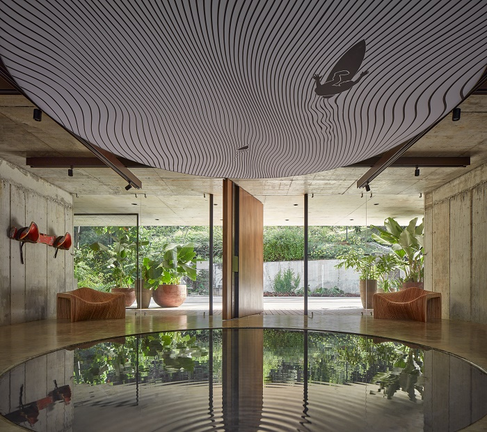 В одной из гостиной имеется круглый пруд, в котором отражается не только огромный светильник (Art Villa, Коста-Рика). | Фото: homeitalia.com.
