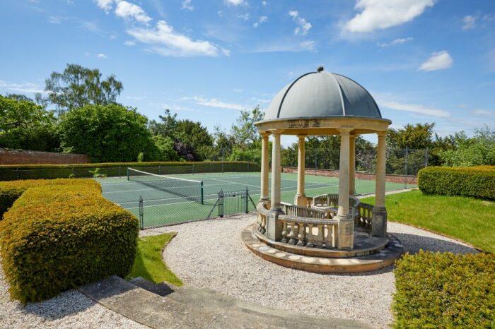 На территории поместья имеется собственный теннисный корт и масса других развлечений (Compton Bassett House, Великобритания). | Фото: beachhousesideas.blogspot.com.