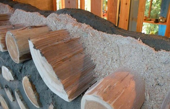 Чтобы эко-дом был теплым, между раствором укладывают ряд древесных опилок или измельченную солому.