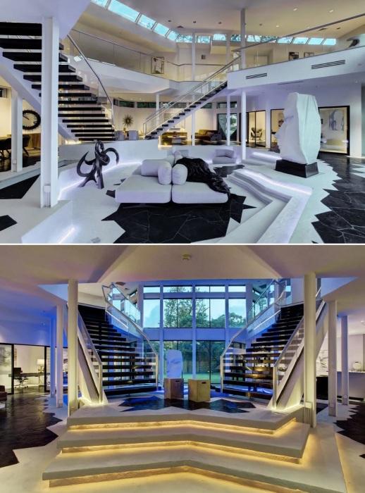 «Левитирующая» лестница, расходящаяся в две противоположные стороны, стала главным украшением открытого пространства первого этажа (Darth Vader House, Хьюстон).