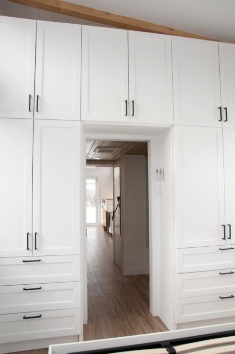 Перегородкой между жилым пространством и спальней служат вместительные шкафы (Magnolia V8). | Фото: newatlas.com.