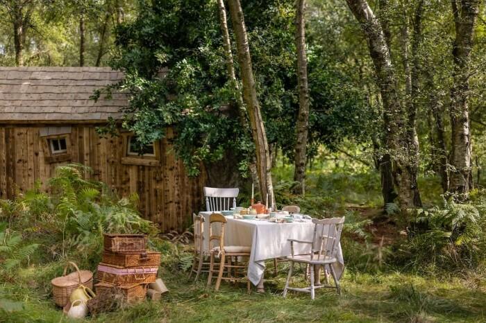 Зона отдыха возле домика порадует любителей устраивать обеды на свежем воздухе (Эшдаунский лес, Великобритания). | Фото: mundo.sputniknews.com.