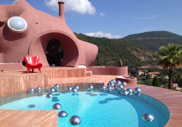 К услугам нового владельца и его гостей три бассейна с дизайнерской мебелью и арт-объектами (Bubble House, Канны). | Фото: conexaoparis.com.br.