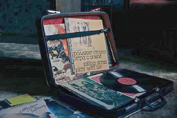 Проигрыватель с виниловыми пластинками были обязательным атрибутом советского интерьера. | Фото: bg.stt-kharisma.org.