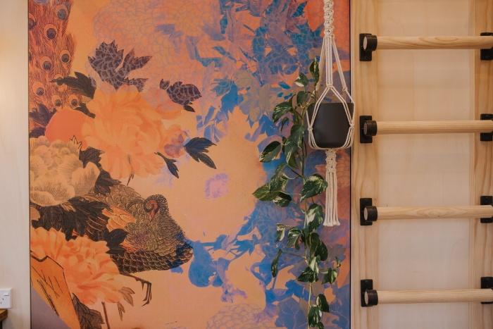 Лестница может стать непреодолимой преградой для некоторых категорий покупателей (Autumn, Новая Зеландия). | Фото: tinyhousetalk.com.