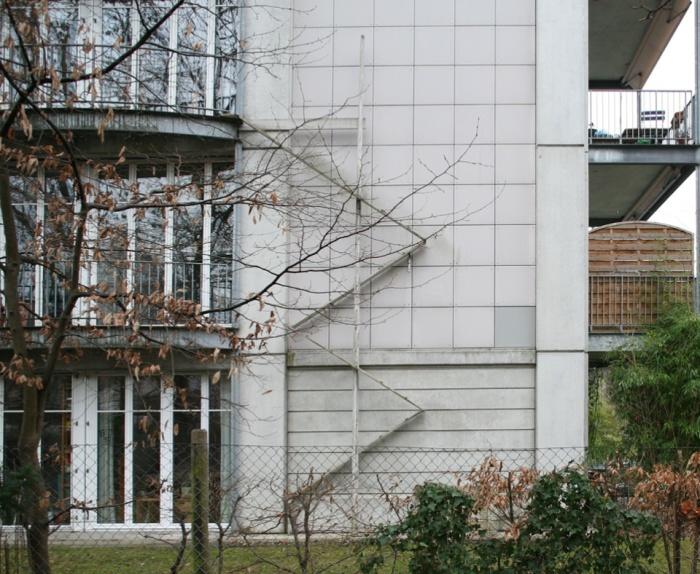 Зигзагообразные лестницы облегчают подъем на верхние этажи. | Фото: posts.careerengine.us.