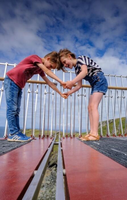 У многих посетителей адреналин зашкаливает, хотя разрыв в центре моста не превышает 4 см (Tintagel Castle bridge, Корнуолл).   Фото: coventrytelegraph.net.