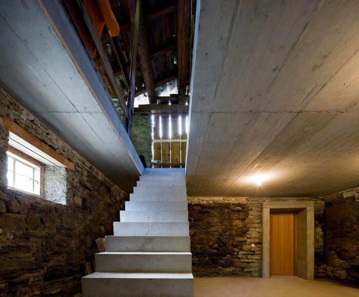 Двухуровневый амбар, построенный из природного камня и дерева, является оригинальным входом в подземный особняк (Villa Vals, Швейцария).   Фото: lapassionediarredare.it.