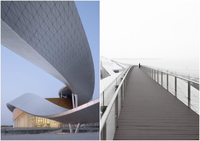 Верхняя лента крыши превращена в пешеходную зону, с которой открывается захватывающий вид на озеро Тай и город (Suzhou Bay Grand Theatre, Китай).