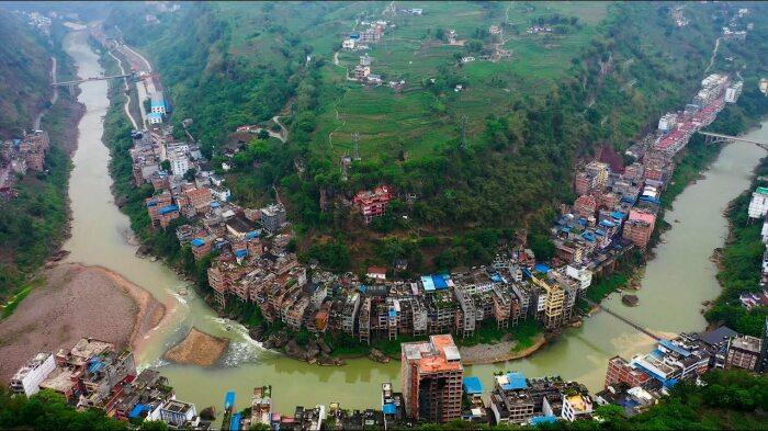 Городская застройка повторяет берега горной реки Наньсихэ (Яньцзинь, Китай). | Фото: nevsedoma.com.ua.