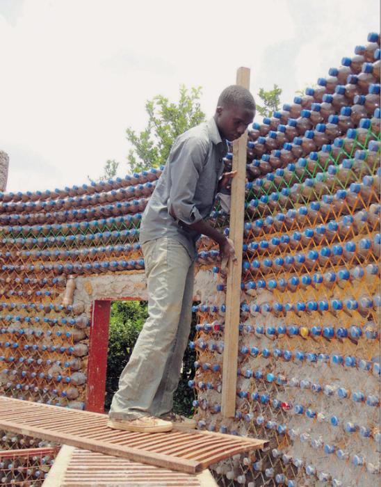 Дом из пластиковых бутылок молодой человек решил делать круглой формы. | Фото: ezermester.hu.