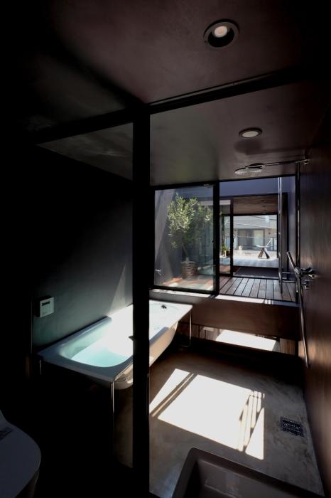 В узком доме получилось создать полноценную ванную комнату («Ultra-Narrow House», Япония). | Фото:  plataformaarquitectura.cl.