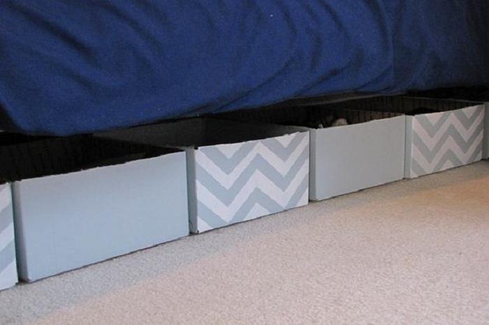 Можно использовать любые картонные коробки, предварительно задекорировав их. | Фото: roomble.com.