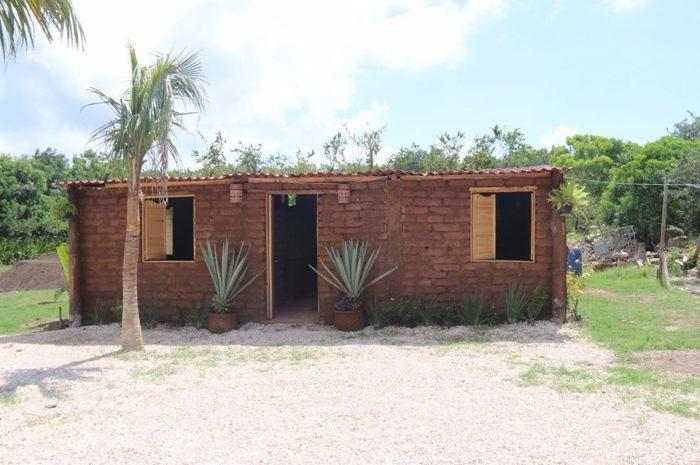 Первый свой дом из самана мексиканец назвал в честь своей матери «Casa Angelita» (Кинтана-Роо, Мексика). | Фото: grupopiramide.com.mx.