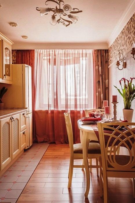 С помощью напольного покрытия удалось разграничить рабочую зону кухни и столовой.