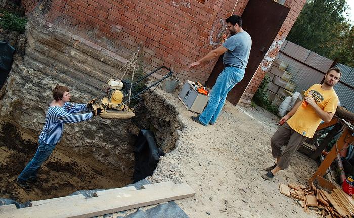 Верные друзья помогали в восстановлении старинной башни.