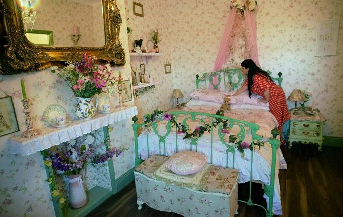 Винтажная кровать досталась женщине от бабушки.