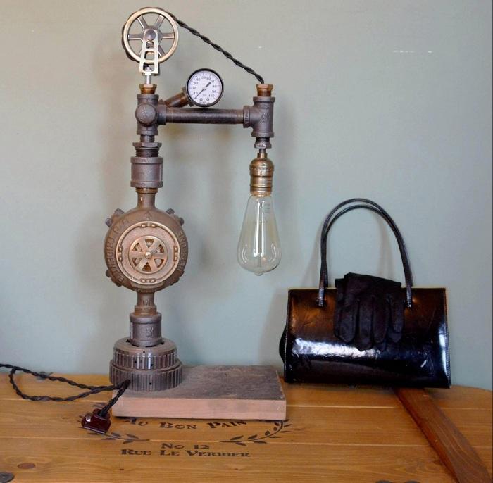 Необычная раритетная лампа в интерьере ретро-квартиры.