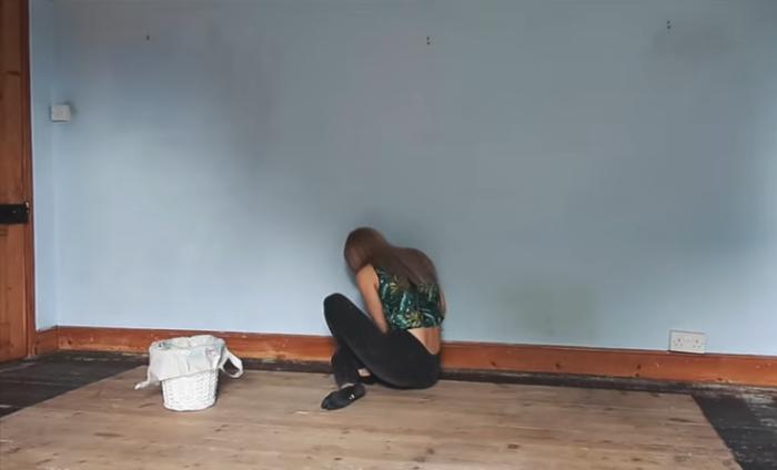 Перед покраской девушка зашпаклевала все щели в полу и дыры в стенах. | Фото: instagram.com/leannelimwalkerhome.