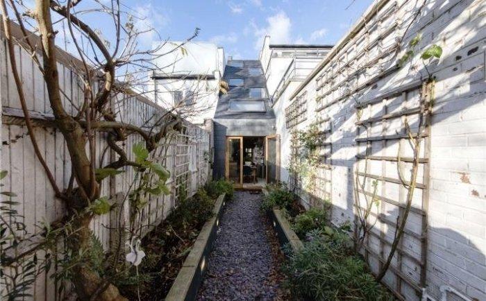 За счет покатой крыши удалось увеличить площадь нестандартного дома (Slim House, Англия). | Фото: syndyk.by.