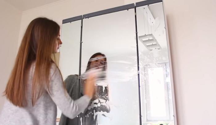 После полной сборки и установки зеркальные поверхности трельяжа пришлось тщательно вымыть. | Фото: youtube.com.