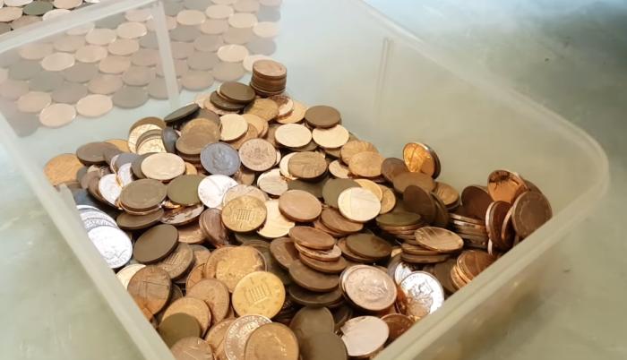 Прежде чем приступать к работе, нужно иметь достаточное количество монеток одинакового диаметра. | Фото: youtube.com/ © Matt Giles.