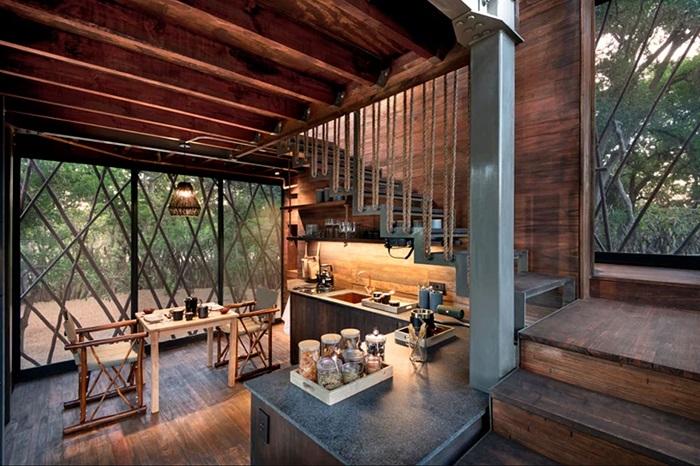 К услугам гостей необычной резиденции обустроена полноценная кухня («Ngala Treehouse», Kruger National Park). | Фото: officiel-online.com.