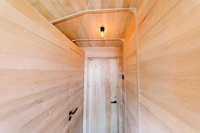 В домике на дереве создана полноценная ванная комната (Woodnest, Одда). | Фото: dwell.com.