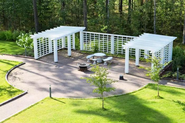 Зона отдыха на территории новоиспеченного жилого комплекса расположена возле леса («Солнечный замок», Финляндия). | Фото: lemurov.net.