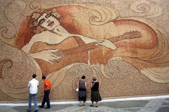 Огромными картинами из винных пробок украшают фасады зданий.