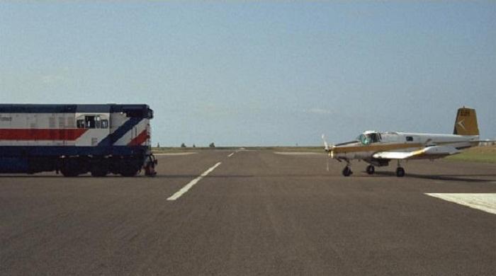 Самолет, находящийся рядом с мчащимся на всей скорости грузовым составом обычное явление для аэропорта в Гисборне (Новая Зеландия). | Фото: flickr.com.