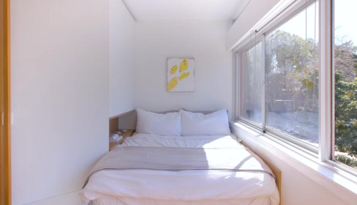 В квартире получилось оформить спальню у окна («Boneca», Сидней). | Фото: youtube.com/ NEVER TOO SMALL.