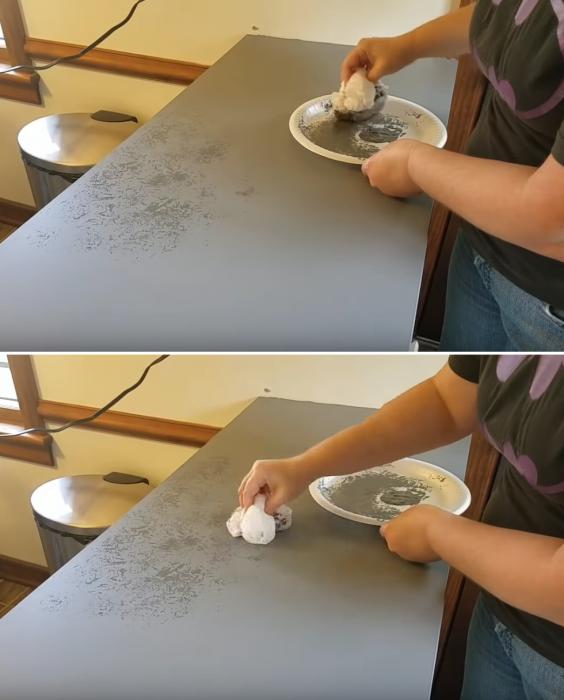 Для нанесения мазков можно использовать обычный полиэтиленовый пакет. | Фото: youtube.com/ Lisa Capen Quilts.