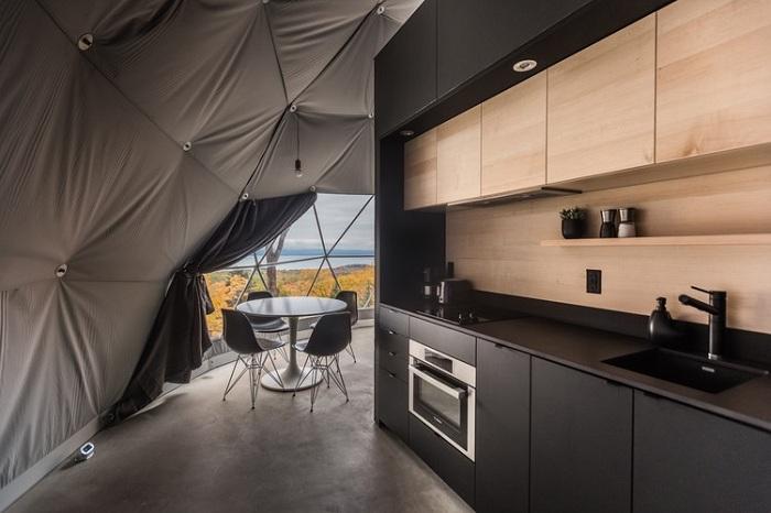 Возле мини-кухни расположили обеденную зону (Domes Charlevoix, Канада). | Фото: archdaily.com.