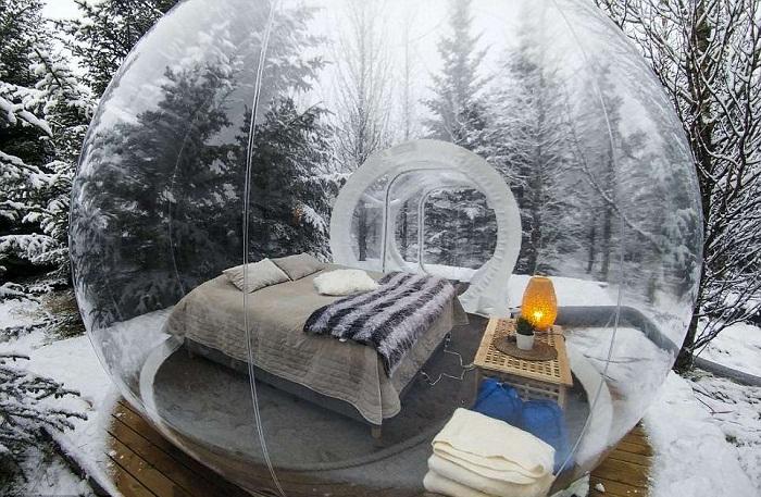 В каждом номере-пузыре есть двуспальная кровать и комод (The 5 Million Star, Исландия).