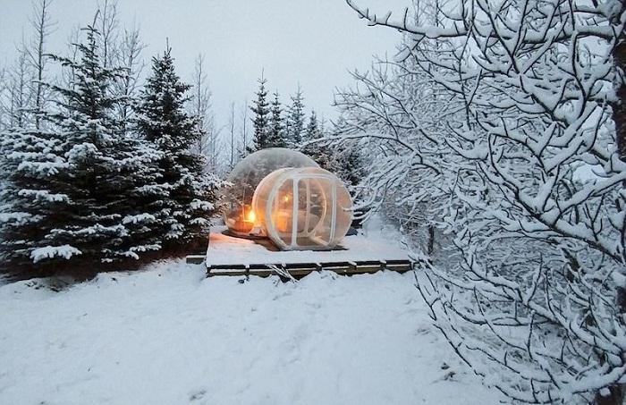 Прозрачные сферичные хижины расположены далеко друг от друга (The 5 Million Star, Исландия).