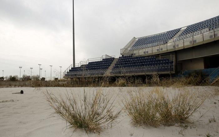 Стадион для пляжного волейбола в спортивном комплексе совсем зарос травой (Афины).