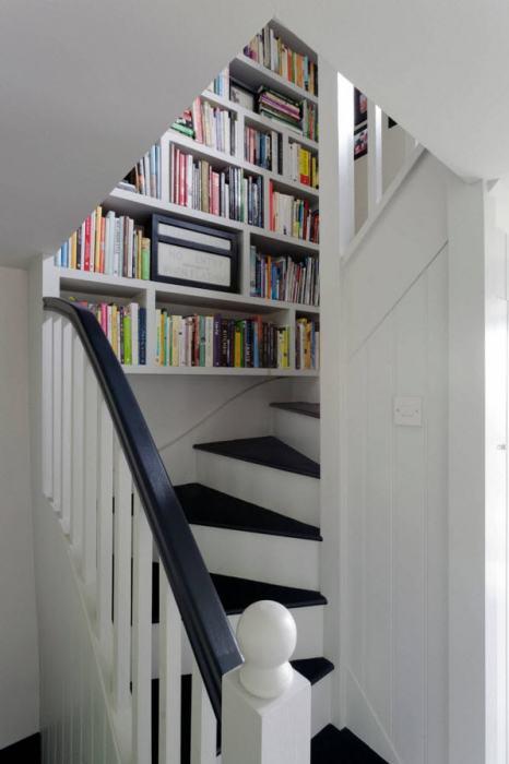 У практичных владельцев даже столь крошечное пространство заполнено грамотно. | Фото: remontbp.com.