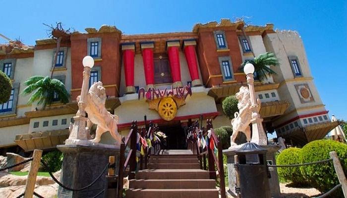 Перевернутый дом House of Katmandu создан в виде тибетского храма.