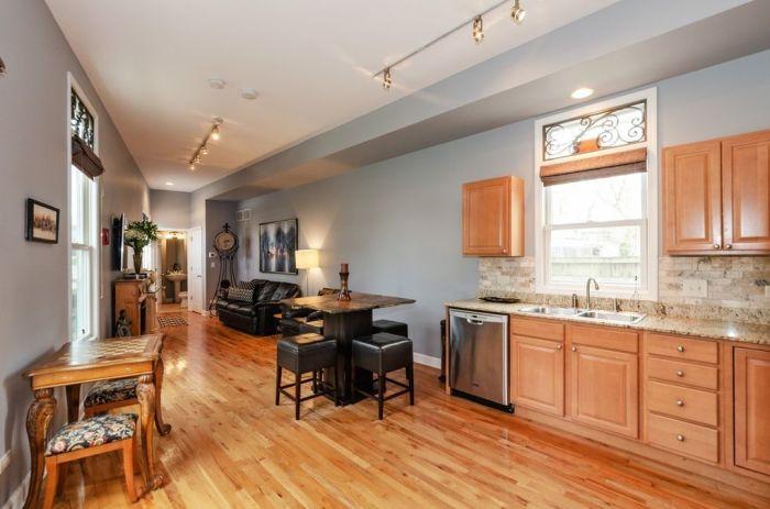 Столовая зона расположена между кухней и гостиной («Pie house», Дирфилд). | Фото: realtor.com/ © Alan Berlow.
