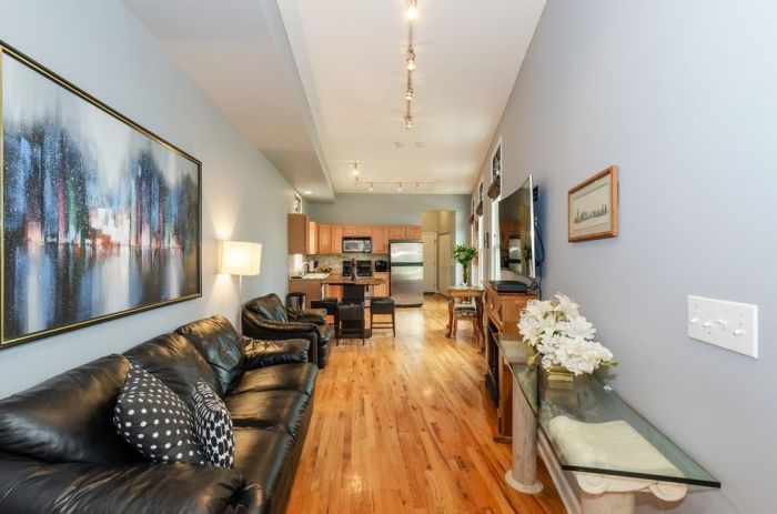 Открытая планировка первого этажа позволила организовать стильную гостиную и просторную кухню («Pie house», Дирфилд). | Фото: realtor.com/ © Alan Berlow.