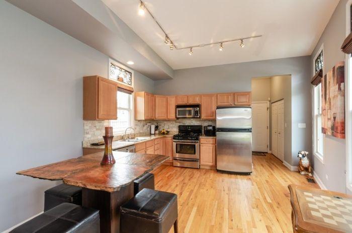 Массивный кухонный гарнитур и стальной холодильник стали единственным украшением кухни («Pie house», Дирфилд). | Фото: realtor.com/ © Alan Berlow.